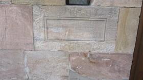 typischer Grundstein eines Schwälmer Hauses in Willingshausen mit der Inschrift ICH ALINES KUHEST UND DESEN EHEFRAU M. K. STEINBERG DIE HABEN MIT GOTTES HILF GEBAUT 1872