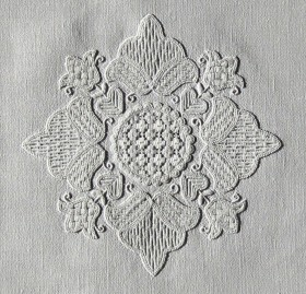 Center motif of a doily (14-1999) – all areas are filled with patterns from my book -Wickelstiche I-.