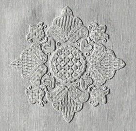 """Mittelmotiv eines kleinen Deckchens (14-1999) - alle Flächen wurden mit Mustern aus dem Buch """"Wickelstiche 1"""" gefüllt."""