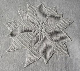 """Wickelstiche in Verbindung mit anderen Durchbruchmustern (hier: Muster """"Netz"""" aus meinem Buch """"Limetrosen I"""" Seite 6) können sehr wirkungsvoll sein, wie hier in den Blättern der Weihnachtsstern-Blüte (20-1999)."""