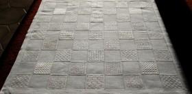 Hier zu sehen ist ein Mustertuch mit insgesamt 41 gemusterten Flächen.