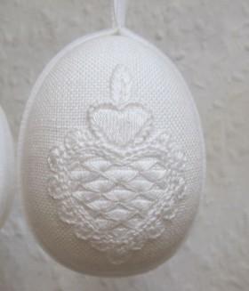 Osterei bestickt mit Motiv aus der Schwälmer Weißstickerei