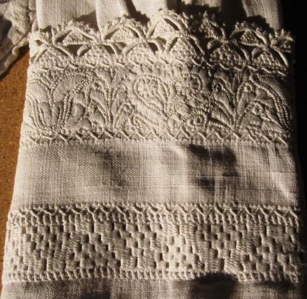 Miederärmel mit wenig Weißstickerei und 2 Reihen Nadelspitze | bodice sleeve with less whitework and 2 rows of needlelace