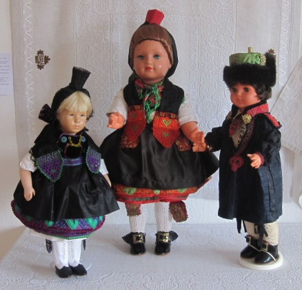 Puppen in roter und blauer Schwaelmer Tracht | dolls in red and blue Schwalm costumes