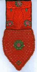 rote Kappenschnur mit viel Buntstickerei und Nadelspitze | red cap band with elaborate colour embroidery and needle lace