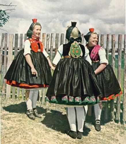 Schwalm red and green festive costumes - Schwälmerinnen beim Probtanz, Aufnahme: Dr. Andreas Scheller Nr. 1146 Gustav Mandt Kunstverlag, Lauterbach (Hessen)