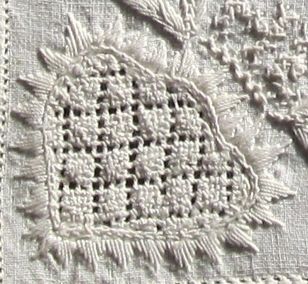 Motif outlined with precise Satin stitch points utilizing the correct thread weight. The density of the stitches is good.