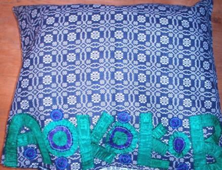 Paradekissen aus schwalmtypischem, blau-weiß gewebtem Leinen mit Tritzerverzierung und Initialen