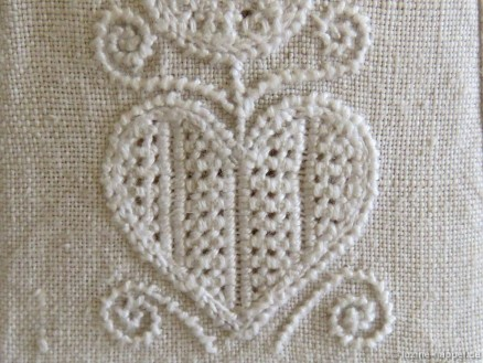 Heart with a Limet-Filling pattern using Satin stitch bars and Four-Sided stitches.